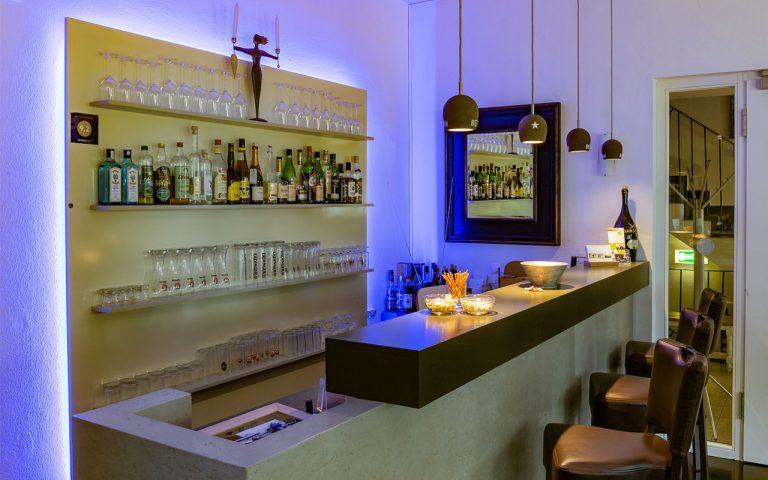 Bar-im-Waldhotel-am-Nuerburgring-in-der-Eifel-in-Baar-fuer-leckere-Cocktailabende-oder-einem-Glas-Wein-und-Wasser-am-Abend