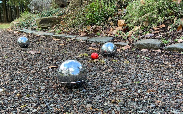 Boule-spielen-im-Waldhotel-am-Nuerburgring-in-der-Eifel-in-Baar-