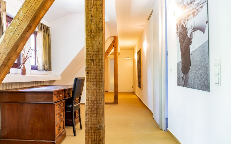 Die Suite im Waldhotel am Nuerburgring mit Schreibtisch und modernem Badezimmer mit Badewanne und Dusche in der Eifel in Baar Ferien Events Motorsport und wandern