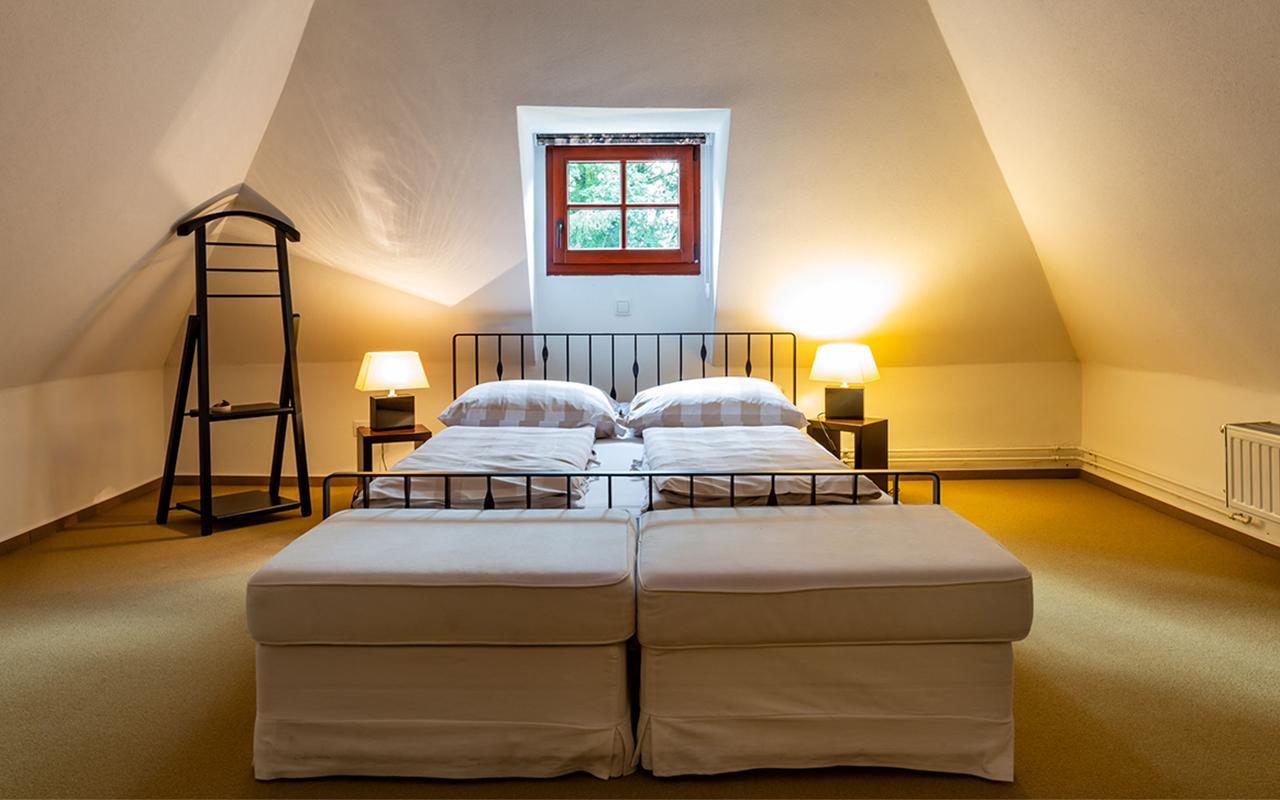 Doppelbett in der Suite im Waldhotel am Nuerburgring in der Eifel in Baar Ferien Events Motorsport und wandern