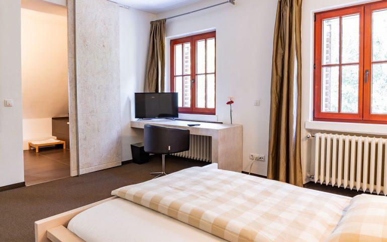 Doppelzimmer im Waldhotel am Nuerburgring in der Eifel in Baar mit Badewanne und schoenem Ausblick