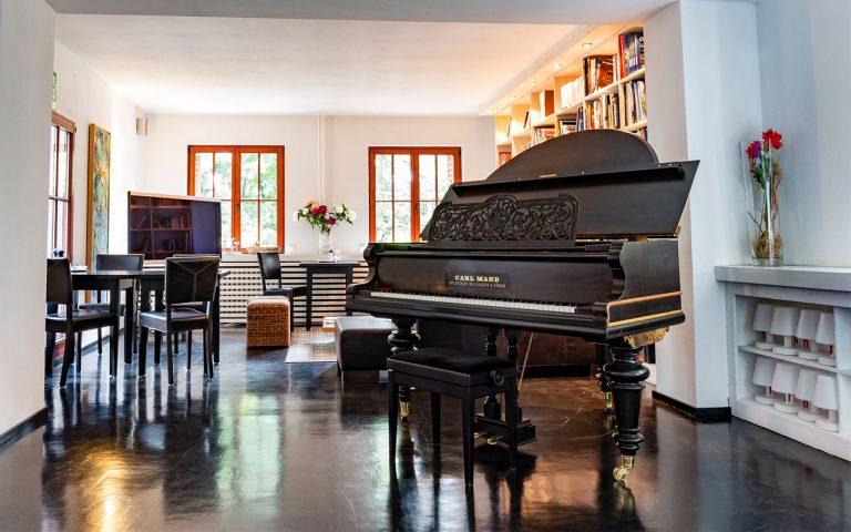 Fluegel-und-Piano-Musik-machen-im-Waldhotel-am-Nuerburgring-in-der-Eifel-in-Baar