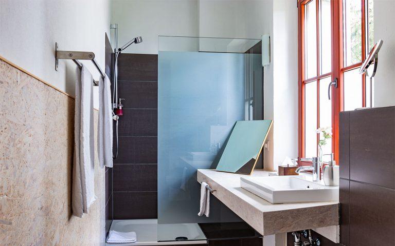 Helles großes Badezimmer mit Dusche oder Badewanne im Waldhotel am Nuerburgring in der Eifel in Baar