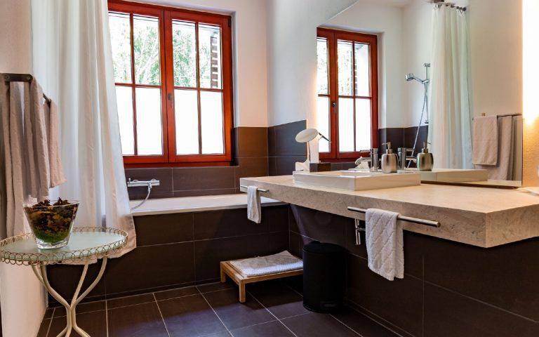 Helles großes modernes Badezimmer mit Badewanne im Waldhotel am Nuerburgring in der Eifel in Baar